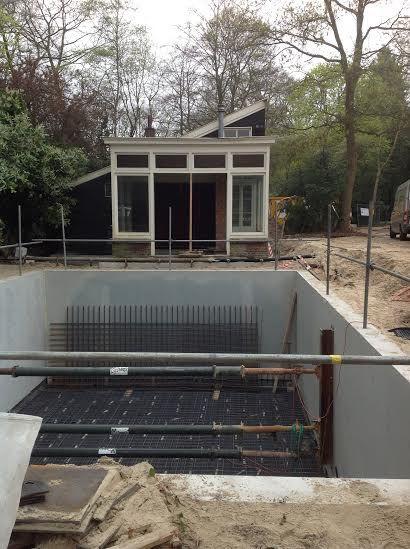 10-04-14 De afzinkkelder voor atelier Hart Nibbrig is krijgt al aardig vorm. Begin deze week wordt de betonvloer gestort