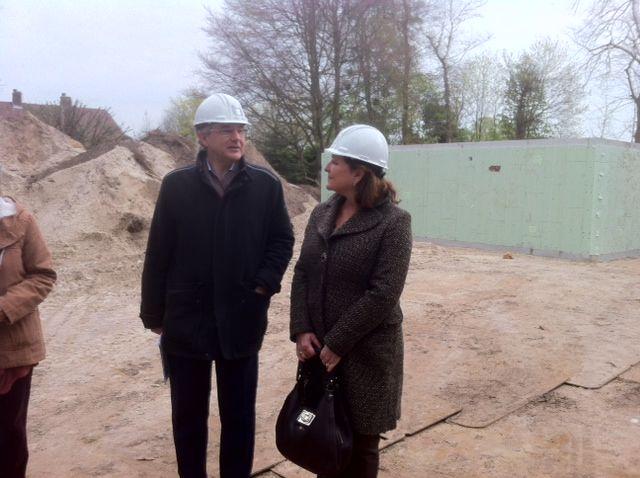 15-04-14 Burgemeester Joan de Zwart op de bouwplaats van de Dooyewaard Stichting