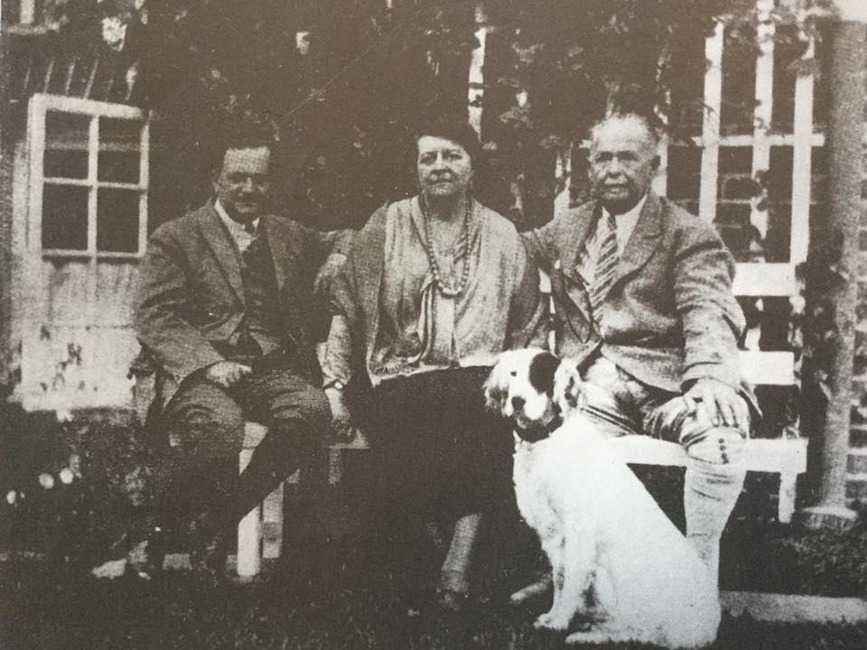 Jaap Dooyewaard met het echtpaar Singer.