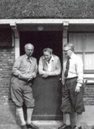 Jaap, Willem & Jacoba Dooyewaard voor het oorspronkelijke atelier.